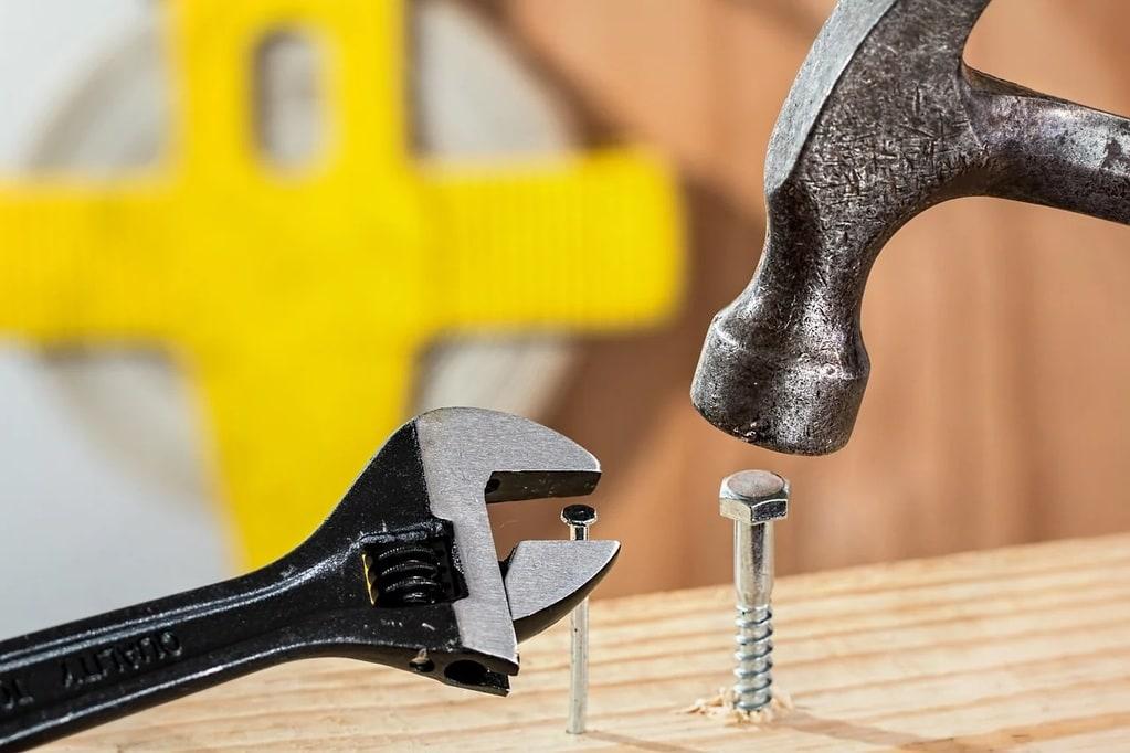 Comment planter un clou sans fendre le bois ?